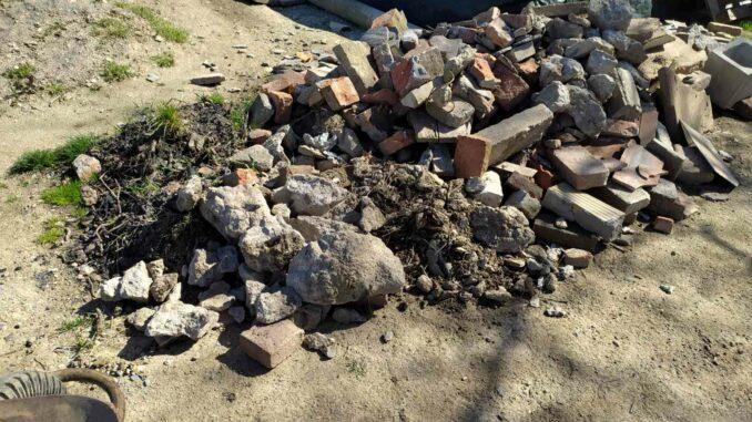 Odpad po bourání zděného kompostéru